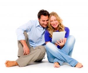 Kobieta i mężczyzna analizujący ranking kont osobistych. Gdzie założyć konto?